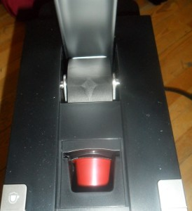 Stecken der Kaffeekapsel in das entsprechende Fach der Kapselmaschine