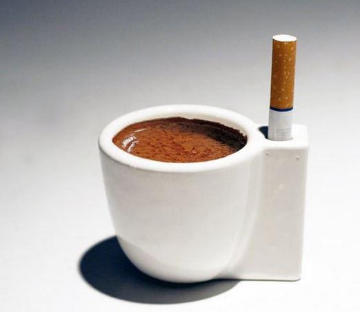 Kaffee und Zigarette - mit einer Coffee and smoke cup sind beide Laster recht leicht zu kombinieren.